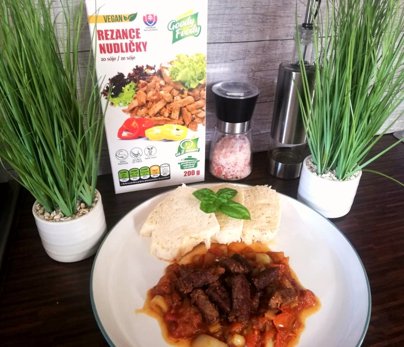 Vegan recept | Maďarský guláš s rezancami Goody Foody