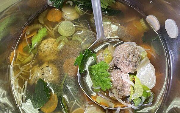 Vegánsky recept na vývar s bezmäsitými guľkami Goody Foody Balls meat style je skvelou náhradou tradičného pokrmu pre vegánov a vegetariánov.